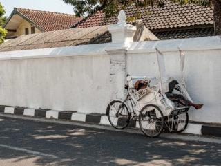 Un conducteur de becak à Yogyakrta qui fait la sieste