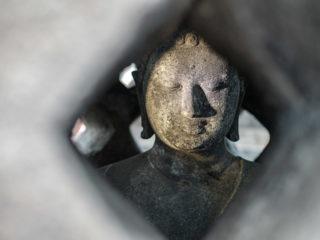 Photo zoomé d'un bouddha qui se trouve à l'intérieur d'une stupa de Borobudur