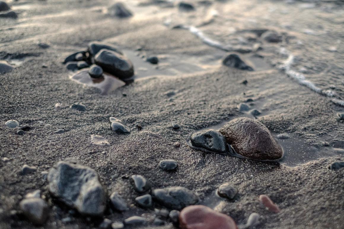 Les plages d'Amed sont constituées de sable noir et de galets
