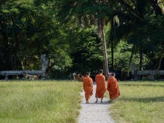 Des jeunes moins bouddhistes se promènent dans l'enceinte du temple d'Angkor Wat au Cambodge.