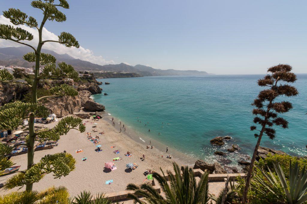La plage de Nerja en Andalousie