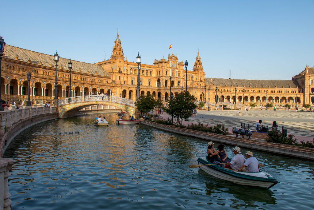 La Place d'Espagne à Séville et ses jolies barques.