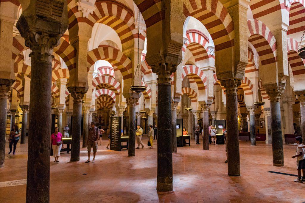 A l'intérieur de la Mezquita de Cordoba et ses magnifiques colonnes.