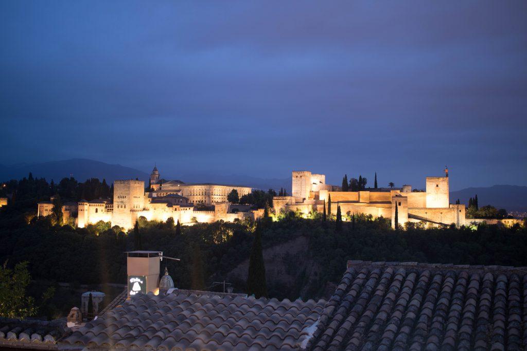 Vue sur l'Alhambra de nuit depuis l'Albaicin