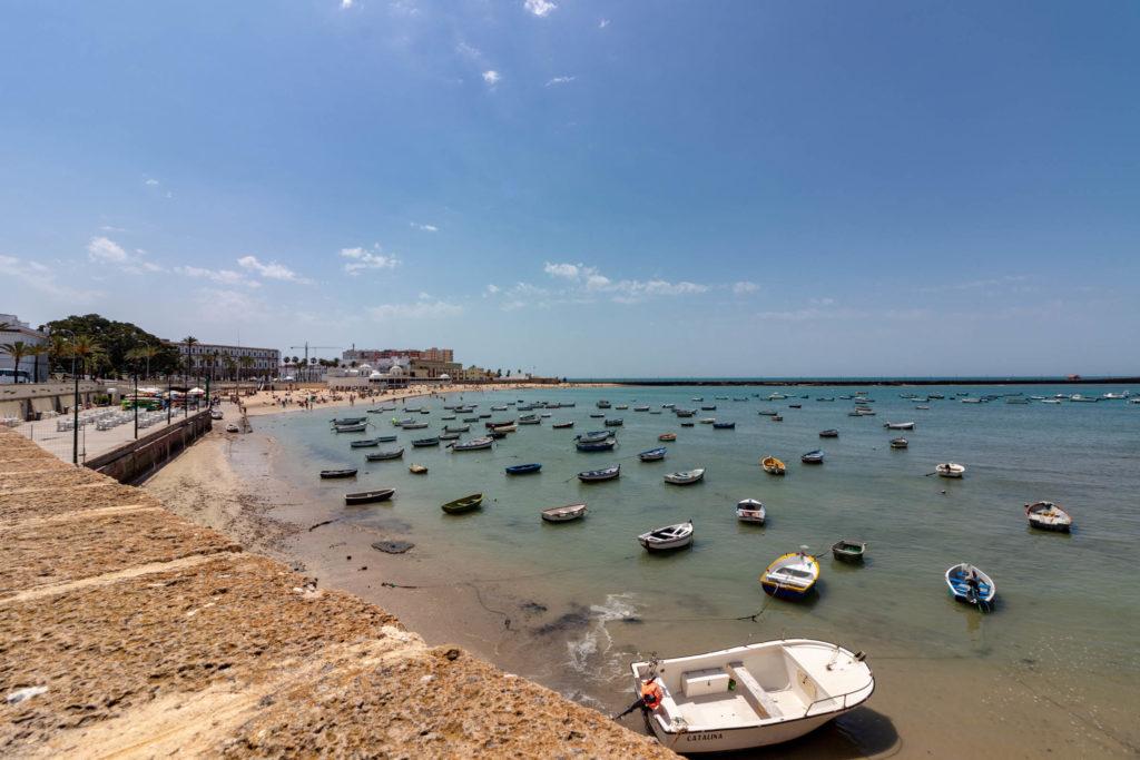 La plage de la Caleta et ses bateaux