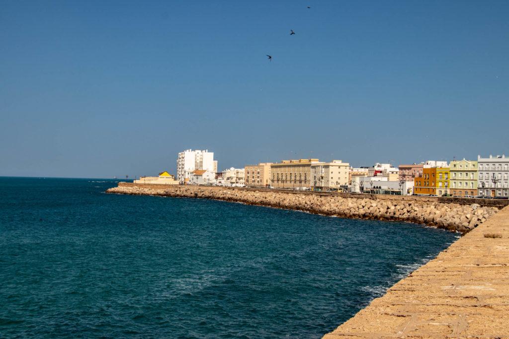 Le bord de mer à Cadiz avec ses maisons colorées