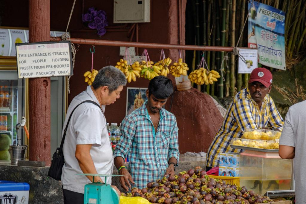 Négociations sur le marché à Batu Caves