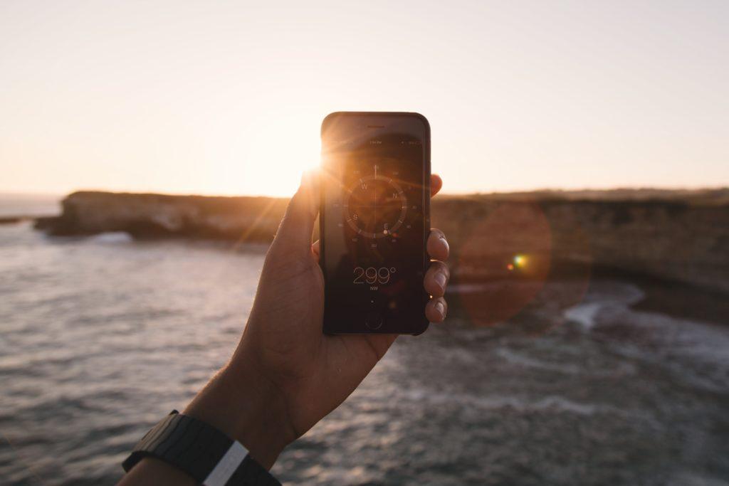 Téléphone pointant vers la mer