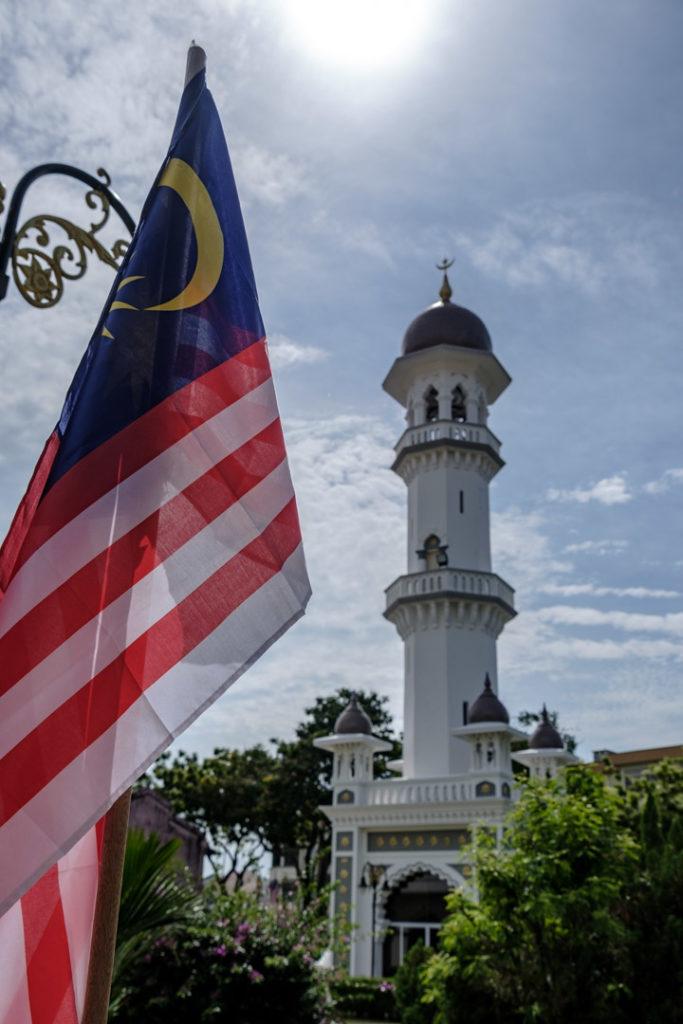 Drapeau malaisien et minaret à George Town