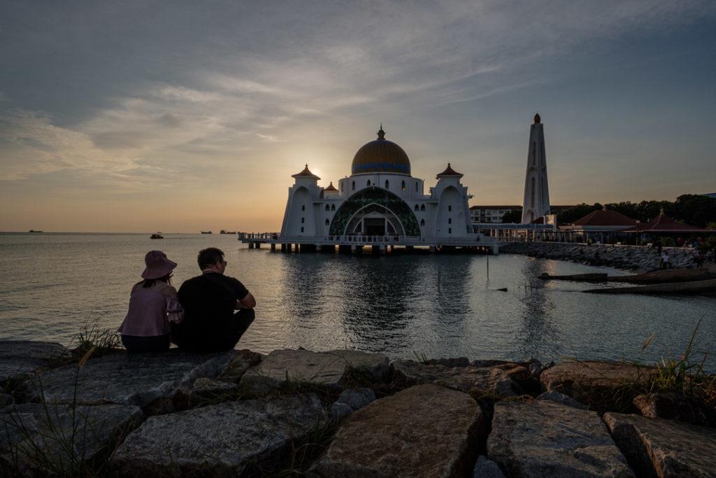 Couple qui observe la mosquée flottante