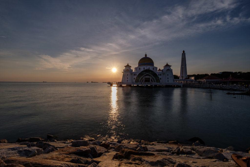 Couchée de soleil devant la mosquée flottante