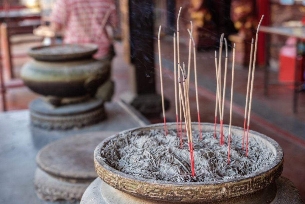 L'encens qui brûle au Cheng Hoong Teng Temple
