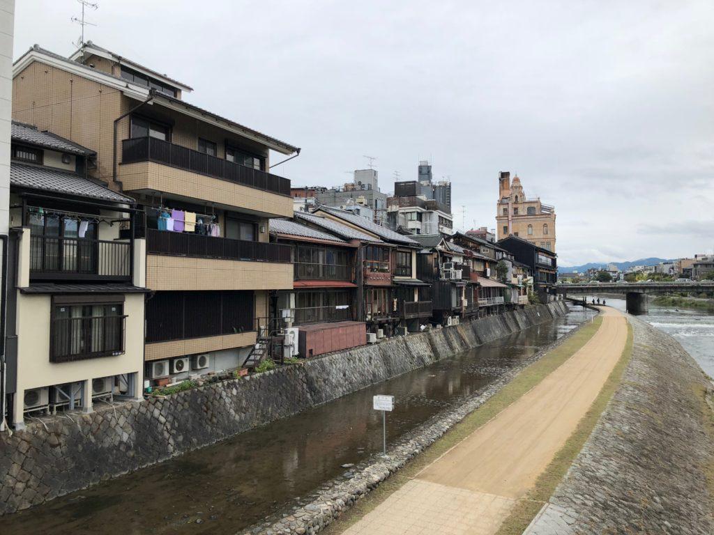 Habitations au bord du fleuve de Kyoto