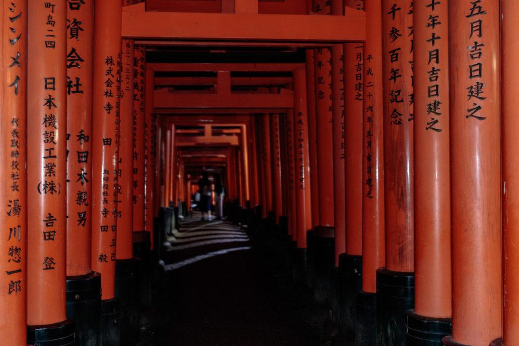 Visiter Fushimi Inari fait partie des incontournables à Kyoto et au Japon.