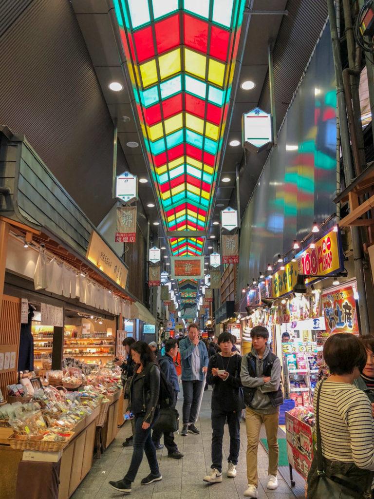 Le marché de Nishiki à Kyoto s'étend sur une artère longue de plusieurs centaines de mètres.
