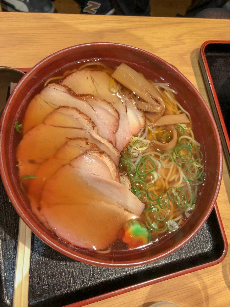 Le Ramen est une des spécialités du Japon. Celui-ci a été préparé par un des restaurants de la galerie marchande de la gare de Kyoto.