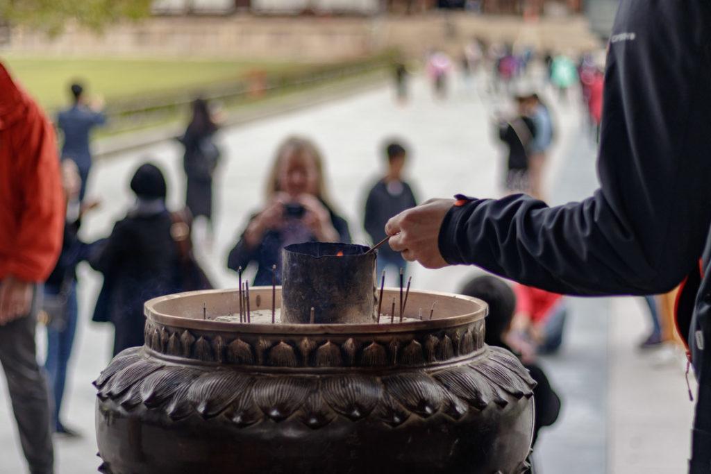 Une personne brûle de l'encens au Todai-ji