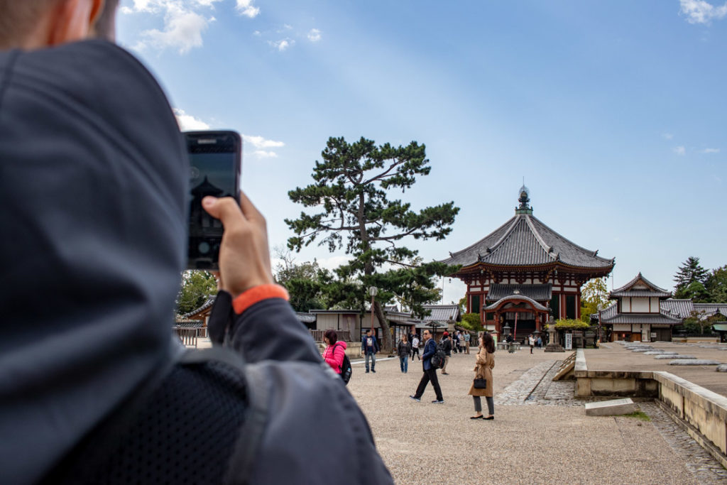 Une personne prend en photo un temple