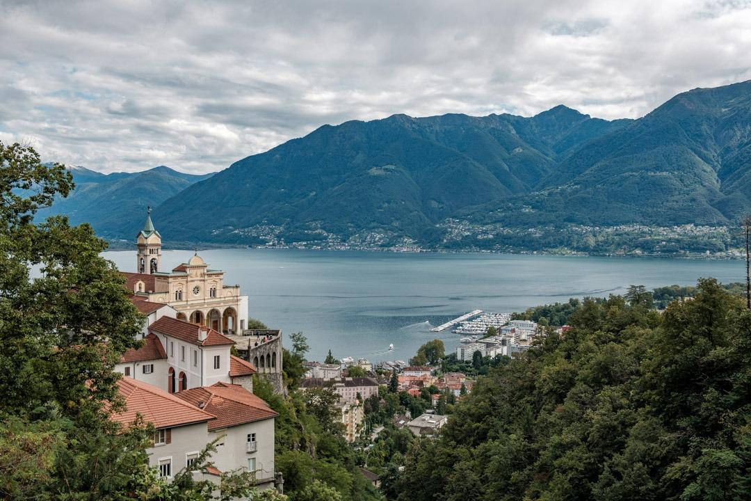 Le monastère de la Madonna del Sasso avec en toile de fond le lac Majeur
