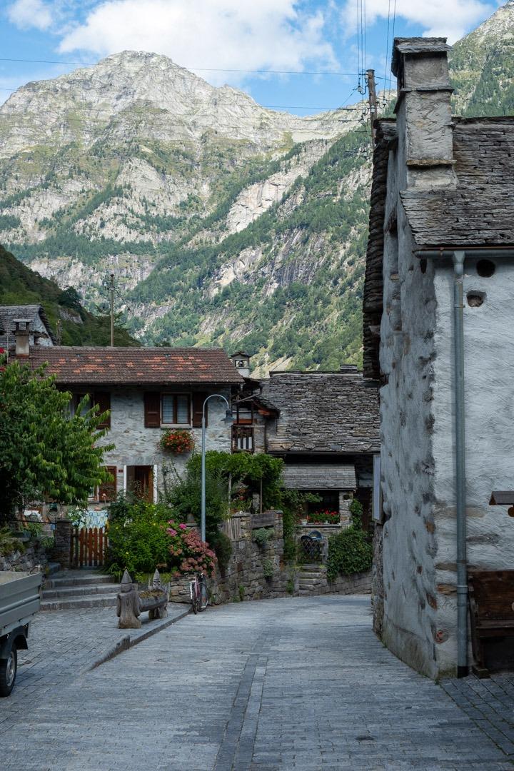 Le village de Sognono et ses maisons en pierres grises marque la fin de la vallée Verzasca