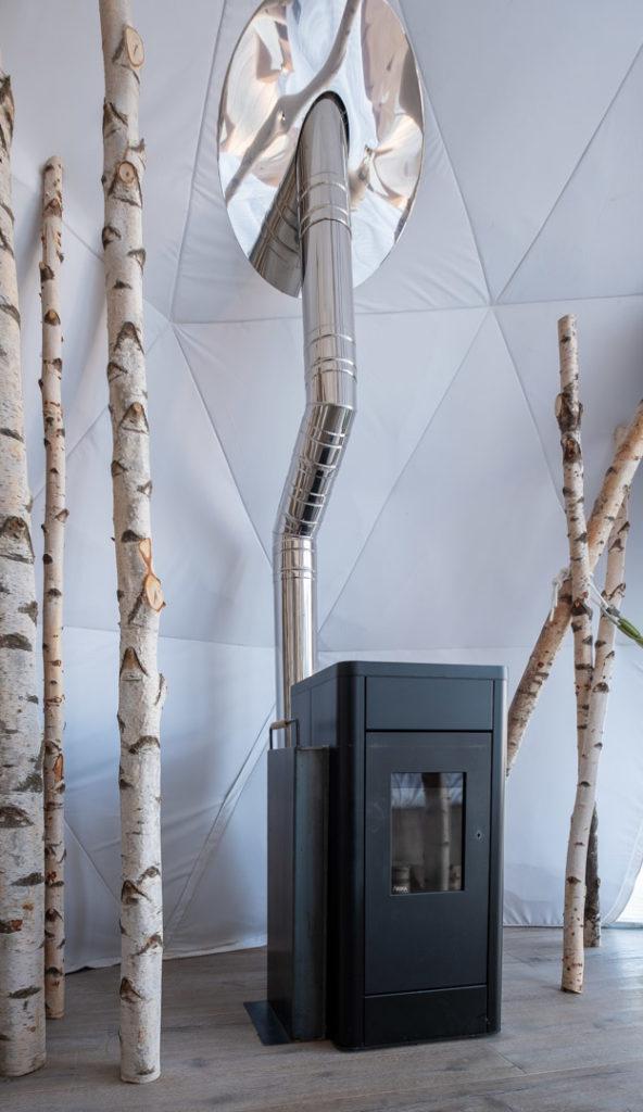 La cheminée à pellets dans la suite Forest au Whitepod