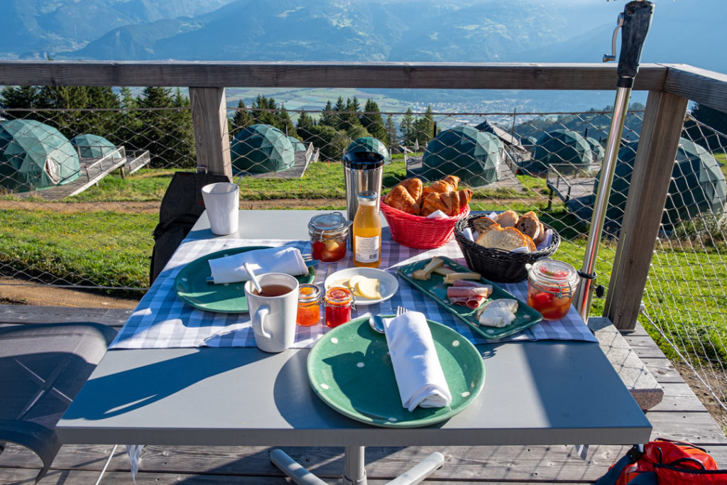 Petit Déjeuner servi sur la terrasse de notre pod