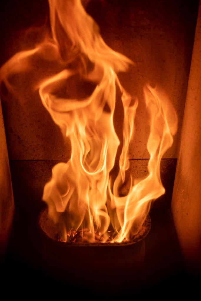 Feu de la cheminée à pellets au Whitepod