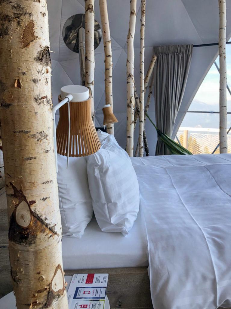 Vue de coté du lit de la suite Forest, Whitepod