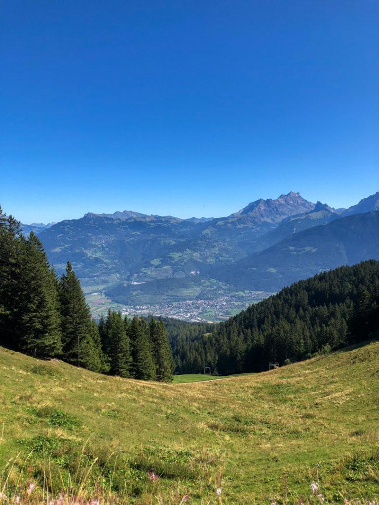 Vue sur les montagnes, depuis un sentier, whitepod