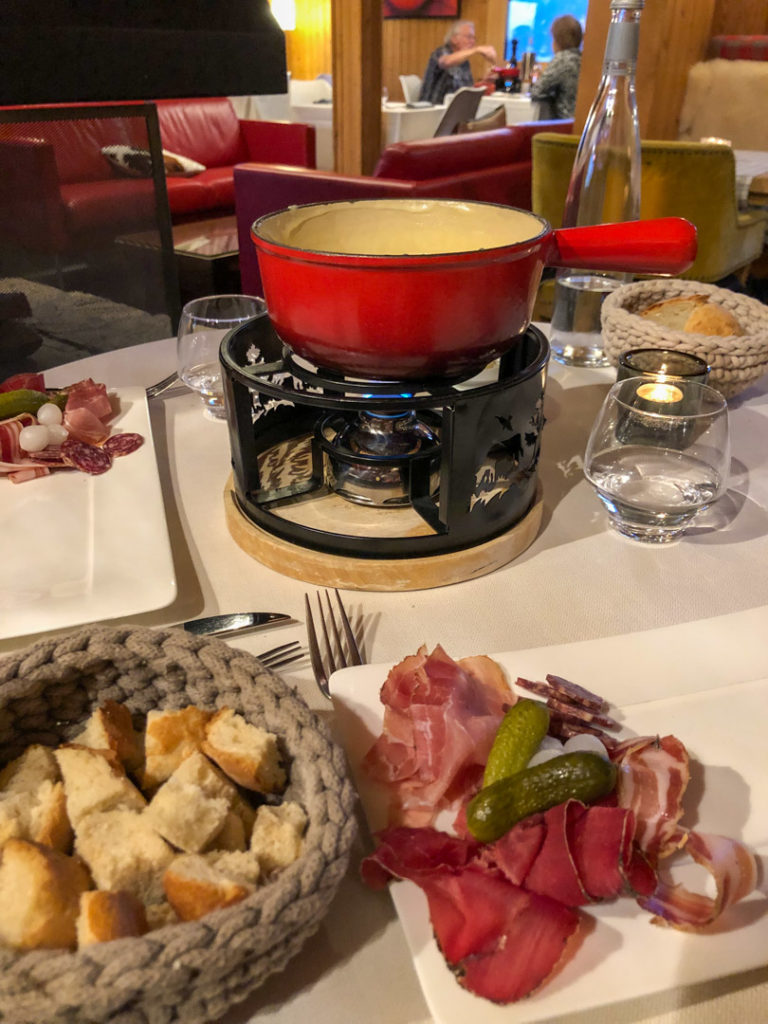 Fondue avec assiette valaisanne, au Restaurant des Cerniers, Whitepod