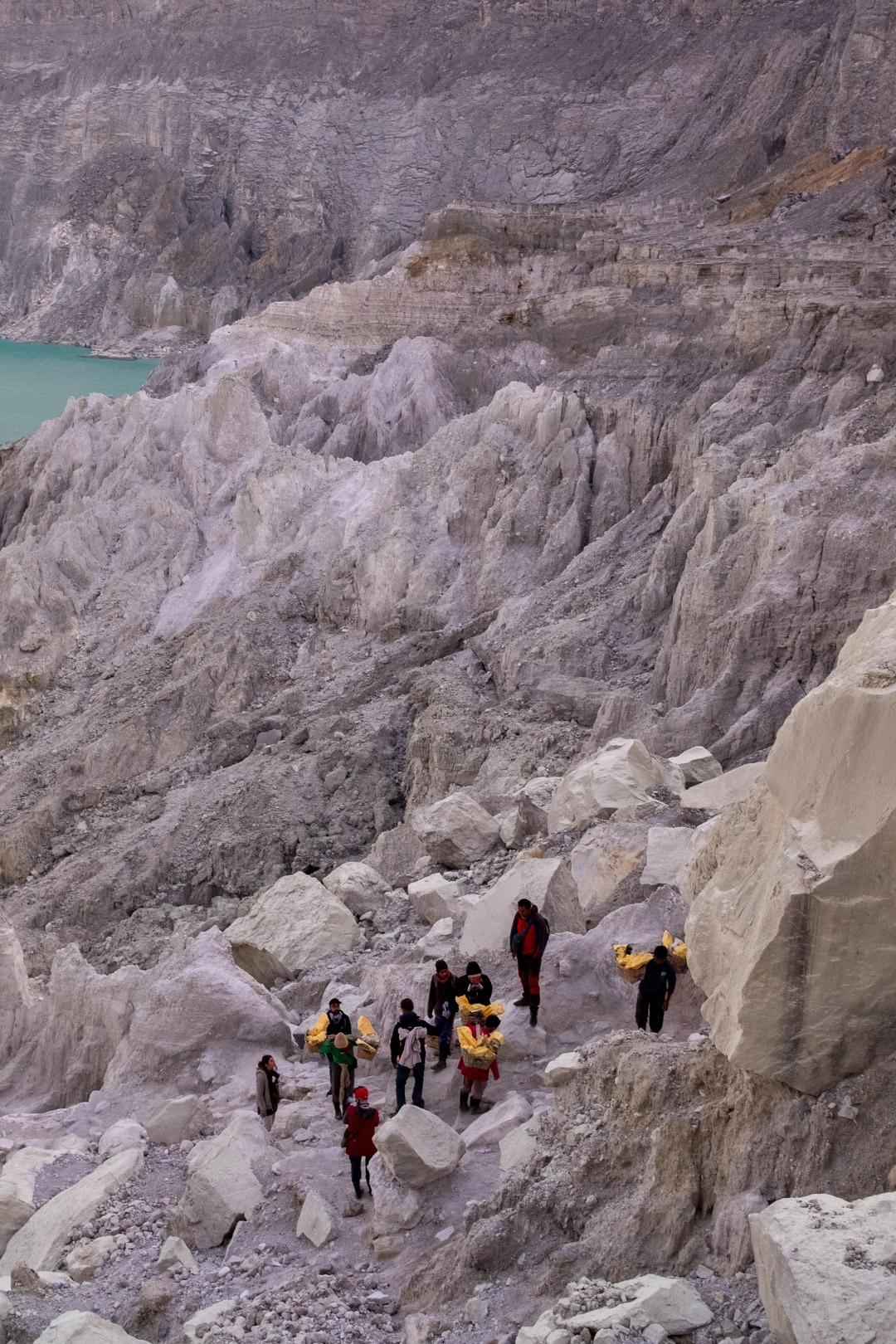 Ouvriers transportant du soufre au Kawah Ijen