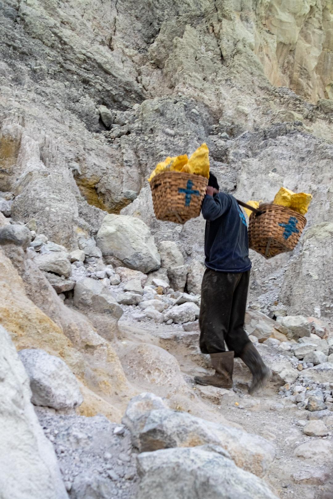 Ouvrier portant du soufre - Kawah Ijen