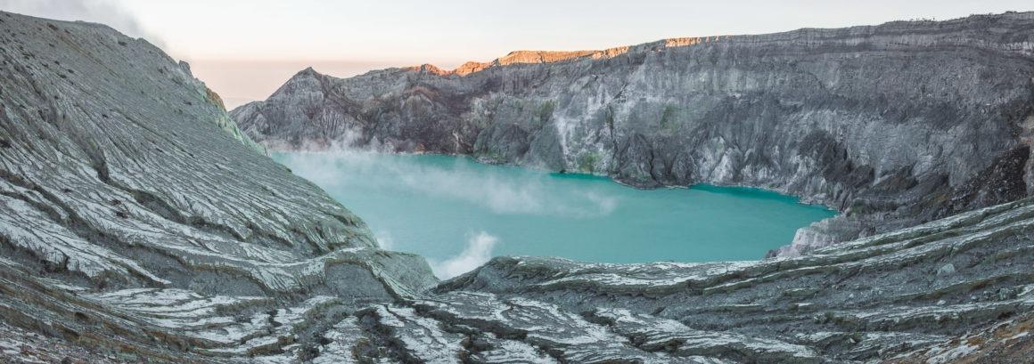 Vue sur le lac acide du Kawah Ijen