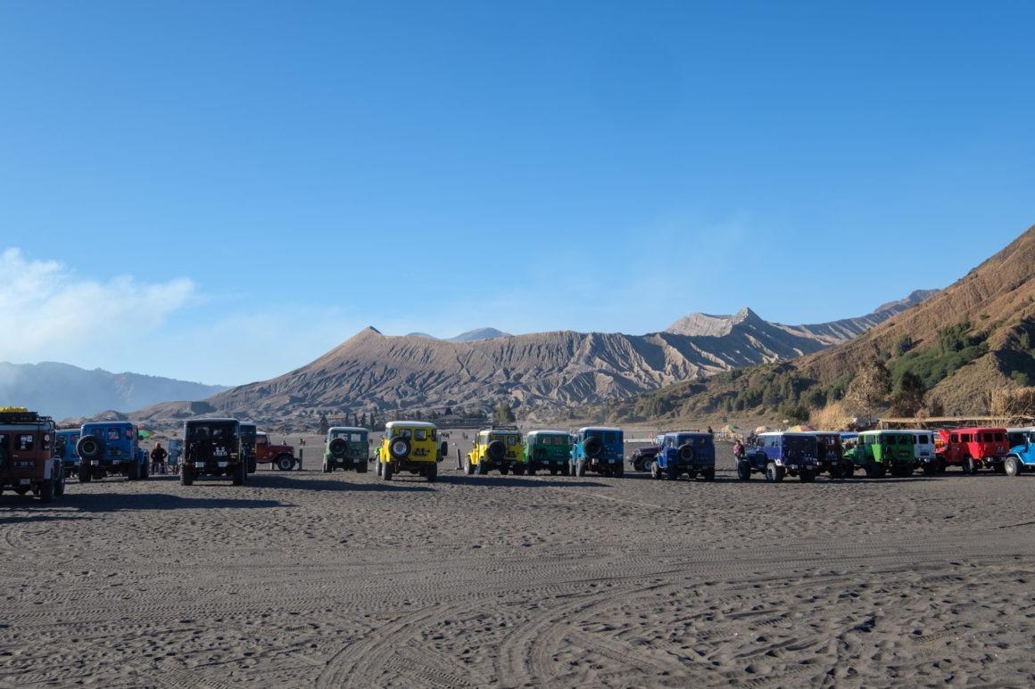 Jeeps parquées au pied du mont Bromo