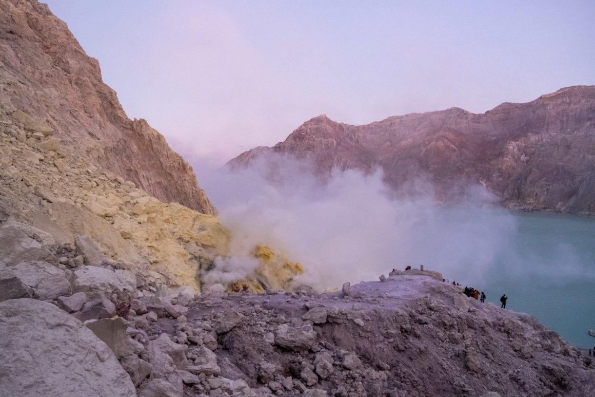 Vue sur le lac d'acide - Kawah Ijen
