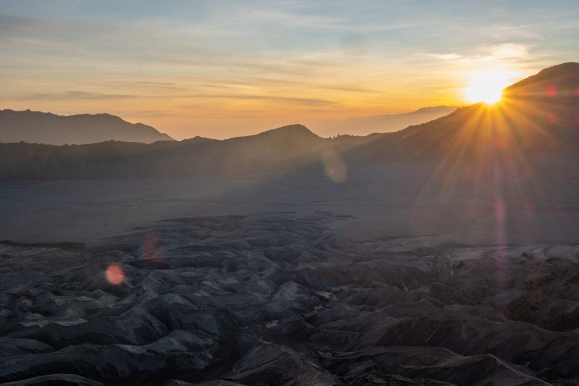 Le soleil se lève sur le Bromo et la caldera