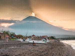 Le volcan Agung domine le village d'Amed à Bali