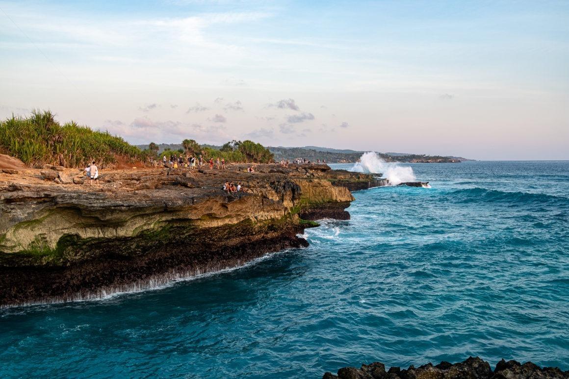 Les vagues s'échouent avec force à Devil's tears (Bali)