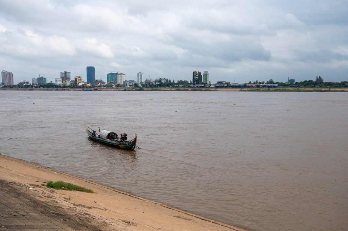 La rivière Tonlé Sap traverse Phnom Penh.