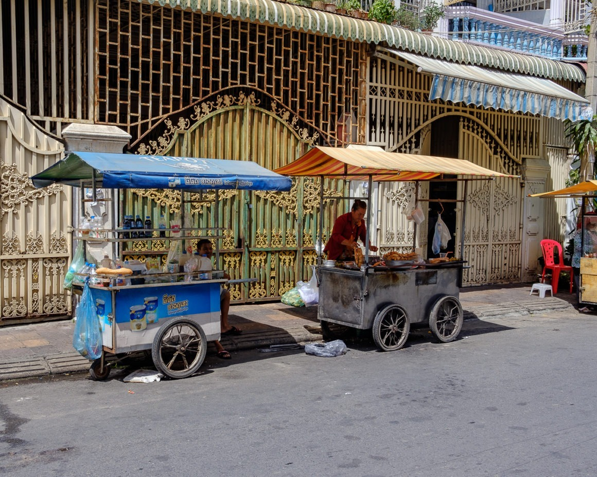 On trouve partout des stands ambulants proposant de la nourriture à Phnom Penh, Cambodge.