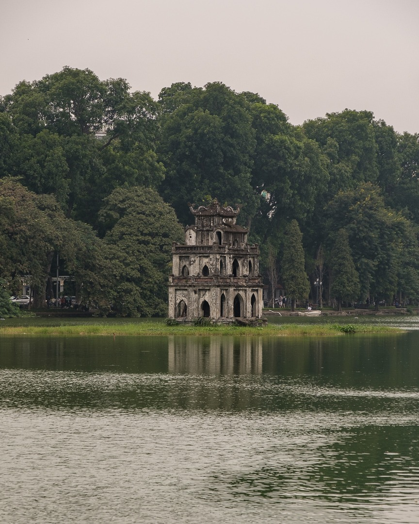 Le temple de la Tortue au milieu du lac Hoan Kiem à Hanoi