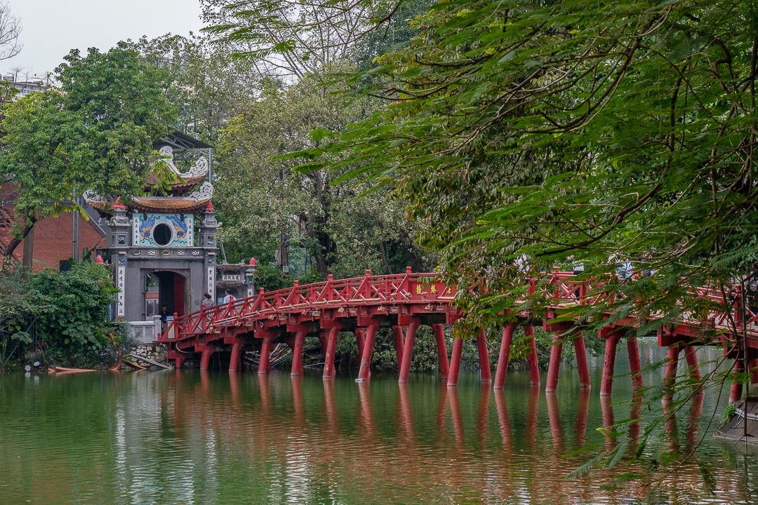 Le temple Ngoc Soc et son fameux pont rouge