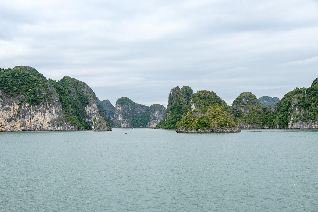 Les pics karstiques de la baie de Lan Ha