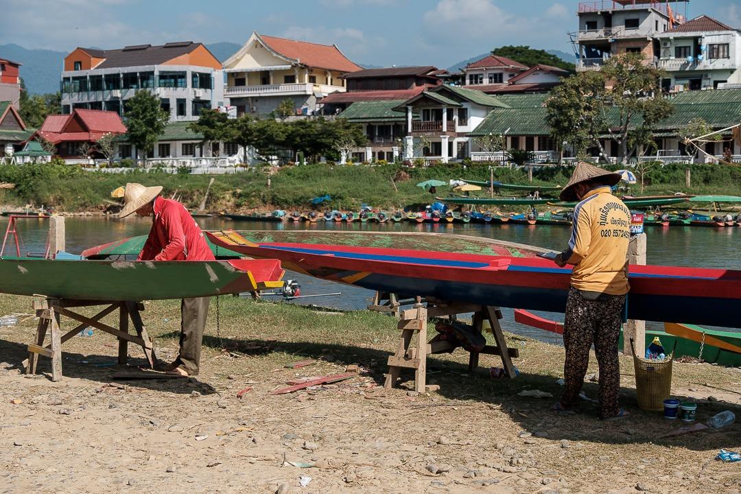 Entretien de bateau vers la rivière song à Vang Vieng
