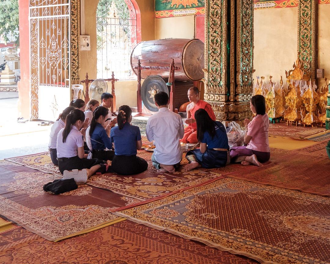 Des Laotiens prient dans un temple de Vientiane.