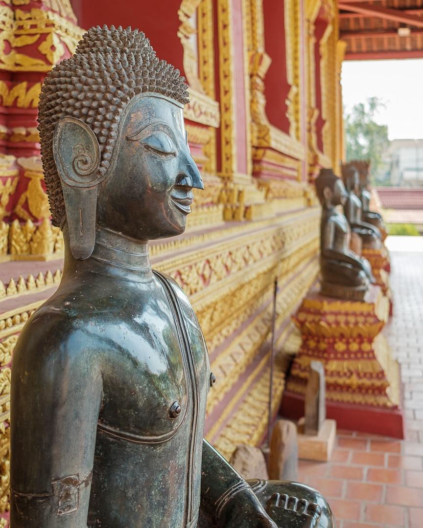 Les nombreuses statues d'un temple à Vientiane, la capitale du Laos