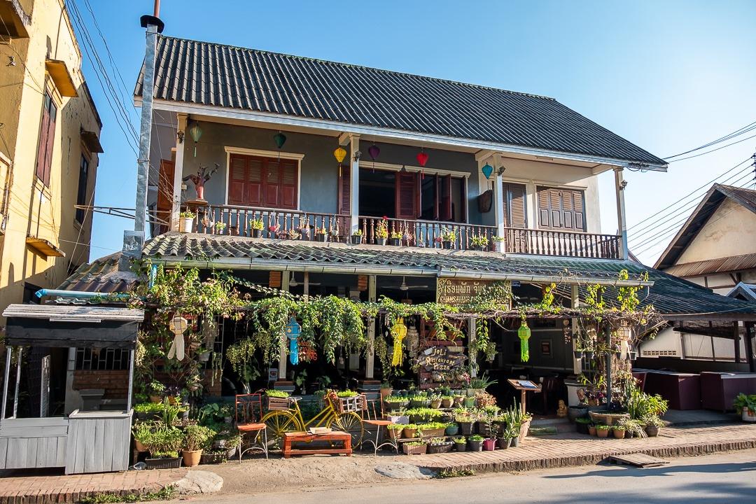 Luang Prabang compte un mix de maisons en bois traditionnelles et de bâtiments coloniaux.
