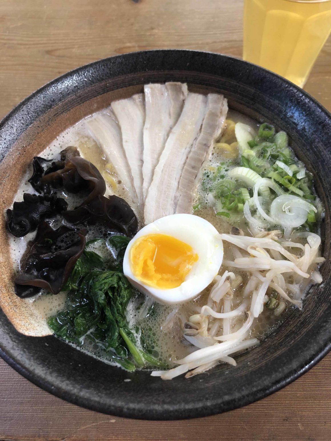 Le ramen est un bouillon de nouilles et de légumes qui peut être accompagné de viande, d'oeuf, etc. Cette découverte culinaire fait partie nos coups de coeur du Japon.