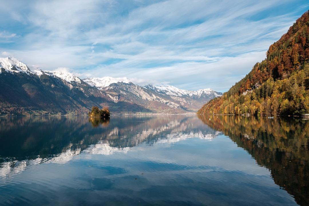Vue sur le lac de Brienz depuis Iseltwald, un joli petit village en Suisse.